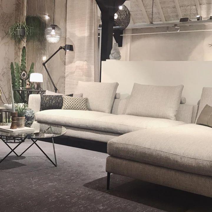 De Montis Daley sofa. Schoenen uit en voetjes …